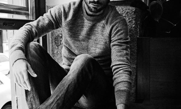 Hugo Silva en Café Oliver para Elle