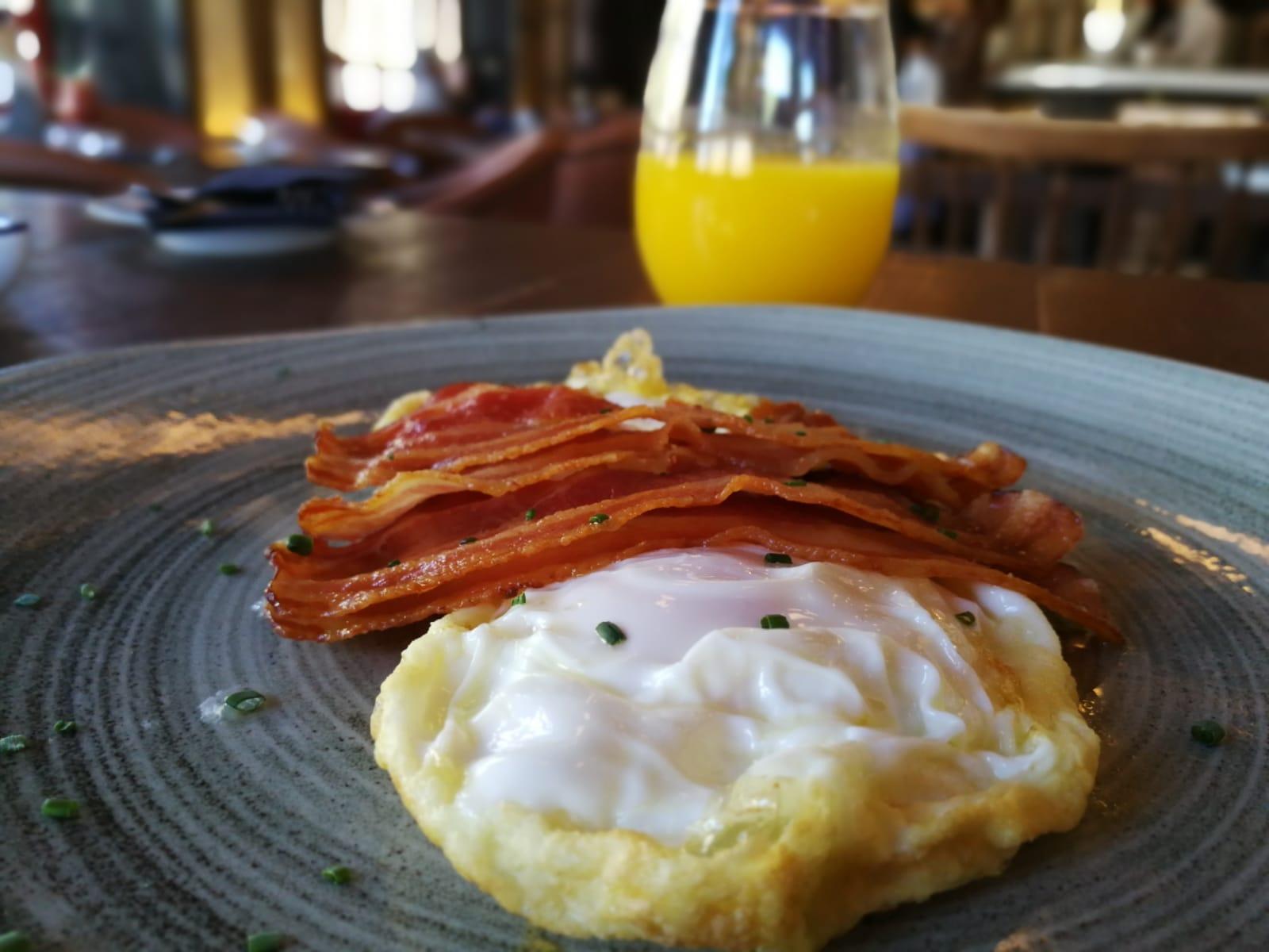 Huevos con Bacon en Brunch by Café Oliver Martinete